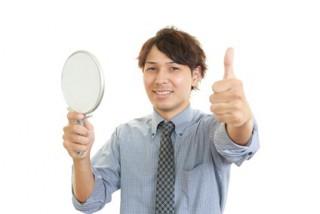 手鏡を持つ笑顔の男性